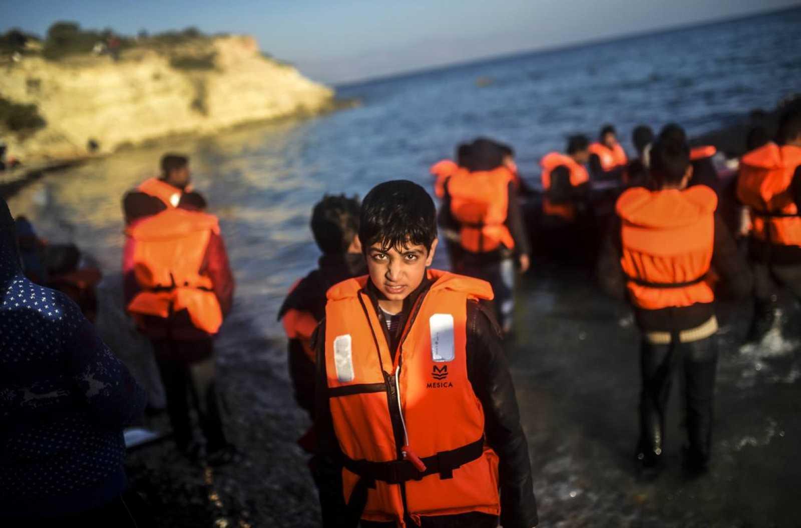 Un niño a punto de partir desde Turquía a la isla griega de Ios.