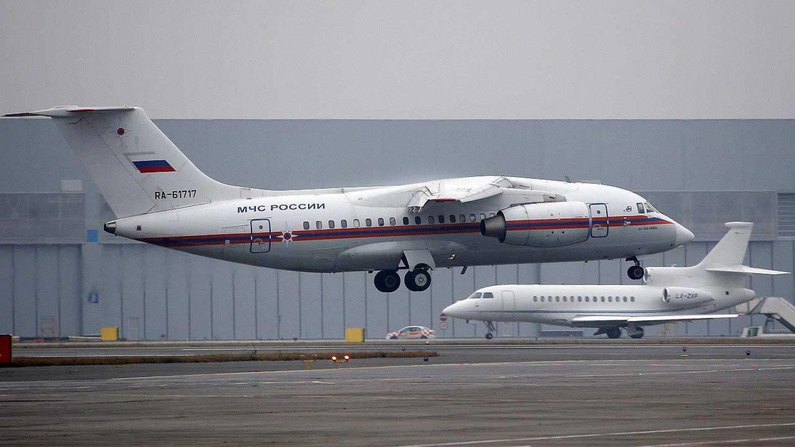 Un avión del Ministerio ruso de Emergencias, con restos de las víctimas del vuelo Airbus A321, llega al aeropuerto de Pulkovo, en San Petersburgo. REUTERS/Dmitry Lovetsky/Pool
