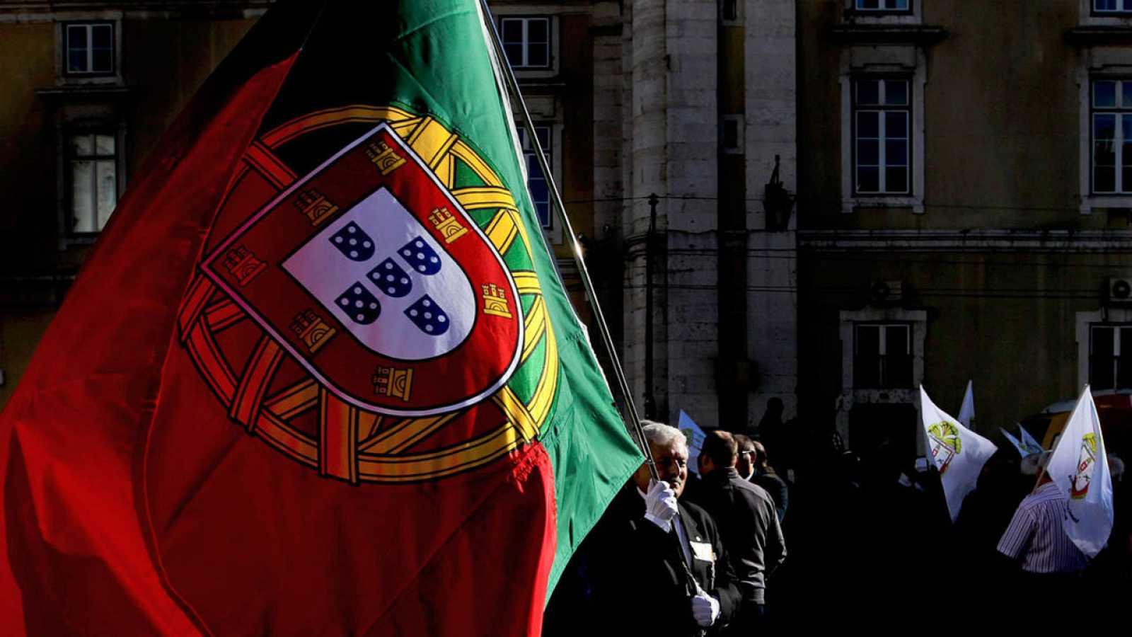 Un hombre porta una bandera de Portugal durante una manifestación contra la austeridad celebrada en 2012
