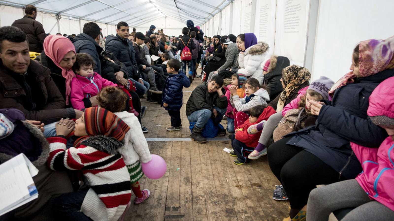 Un grupo de refugiados espera en Berlín a registrarse en la Seguridad Social