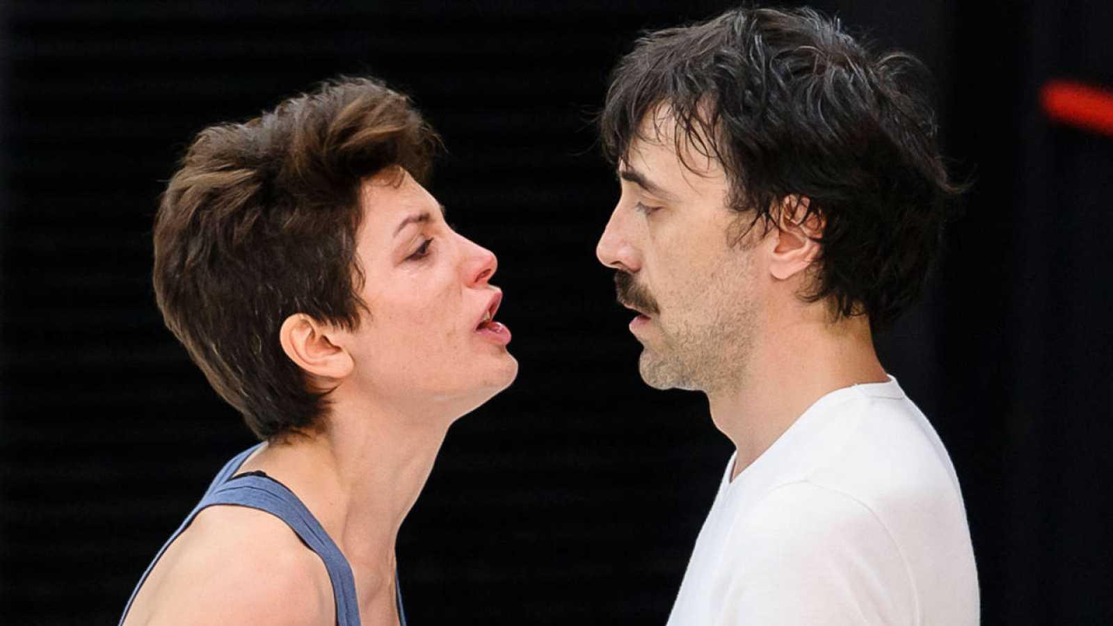 Bárbara Lennie e Israel Elejalde representan 'La clausura del amor' en los Teatros del Canal de Madrid.