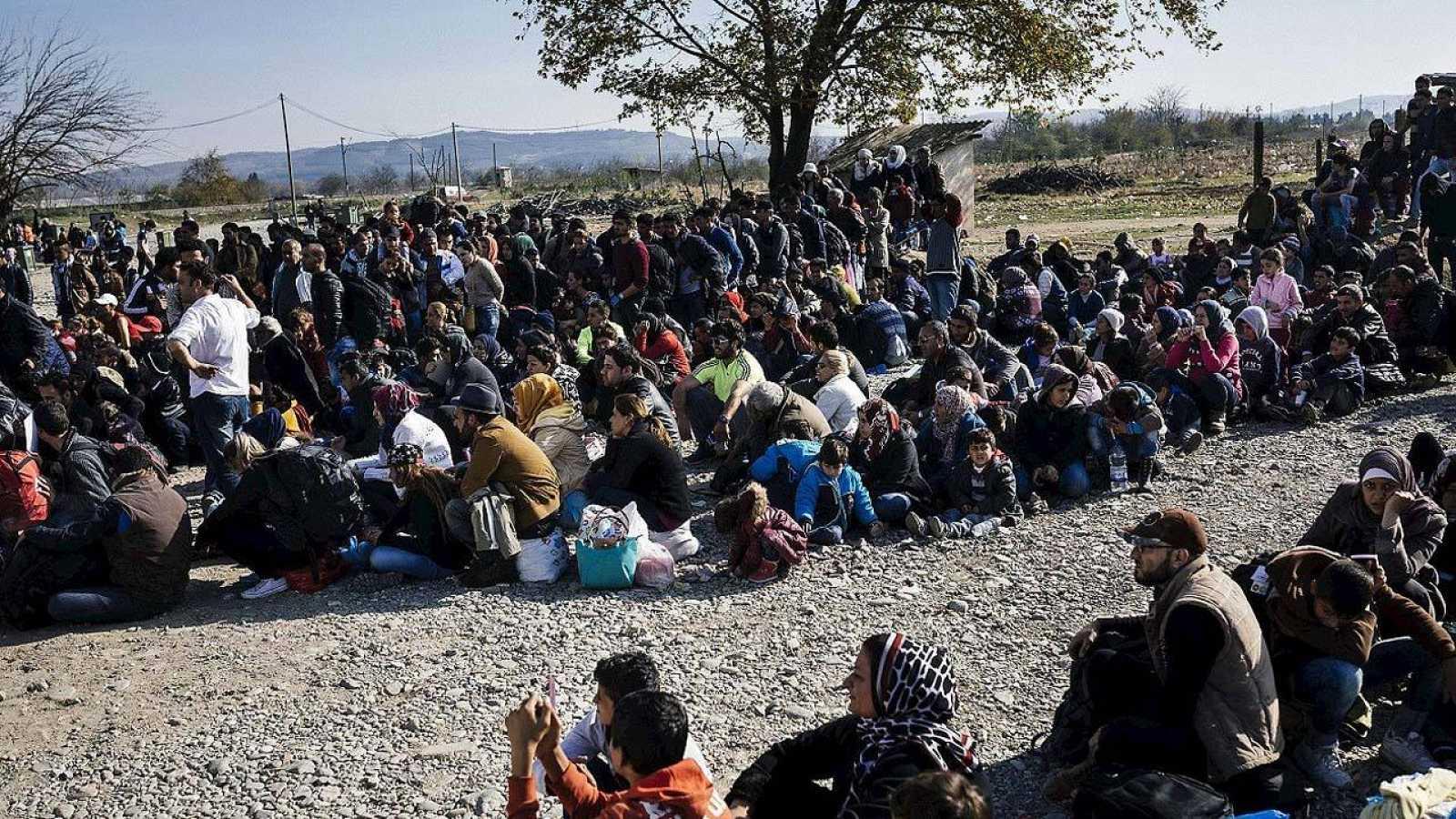 Migrantes y refugiados esperan entrar en un centro de identificación en Gevgelija, Macedonia, el 18 de noviembre de 2015. AFP PHOTO / DIMITAR DILKOFF