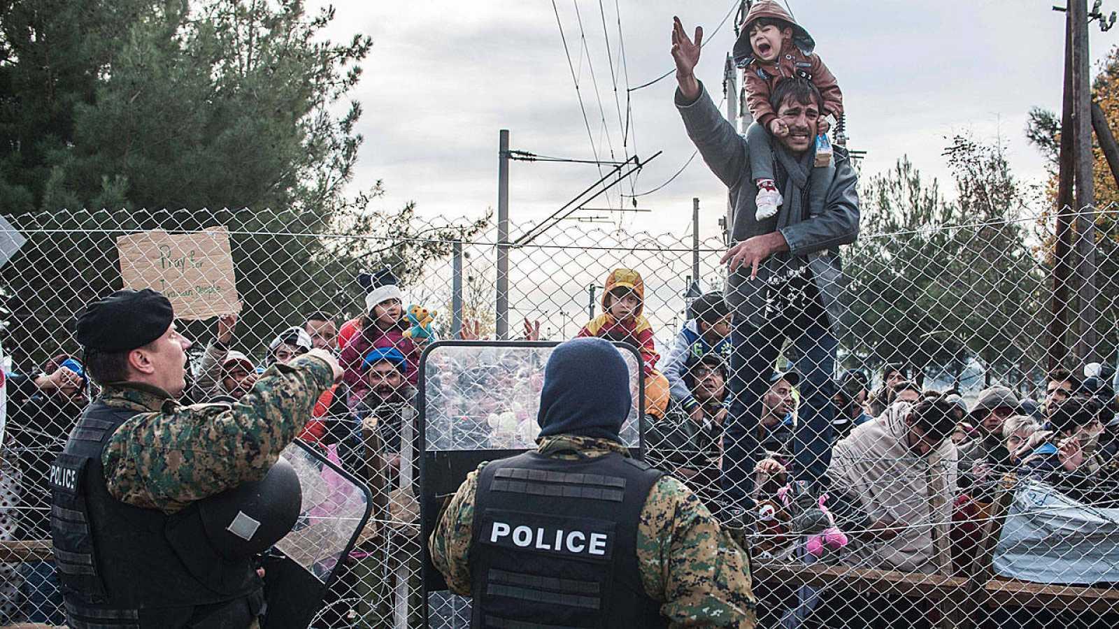 Protesta de un grupo de migrantes atrapados en la frontera entre Grecia y Macedonia.