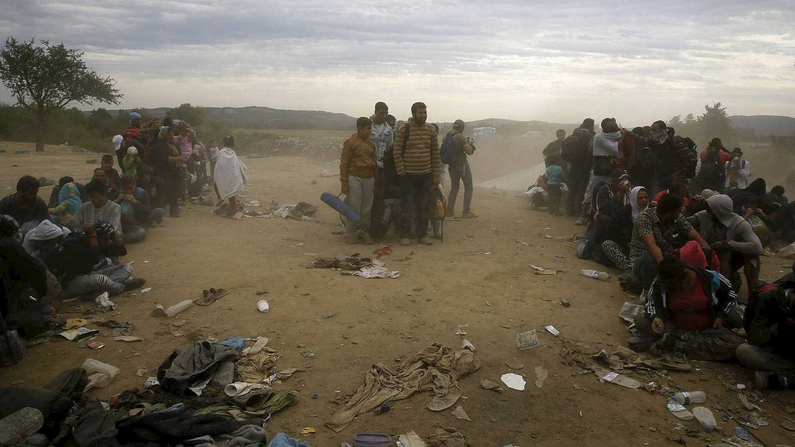 Inmigrantes y refugiados esperan para cruzar a Macedonia desde Grecia, cerca de la localidad de Idomeni, el 7 de septiembre de 2015. REUTERS/Yannis Behrakis