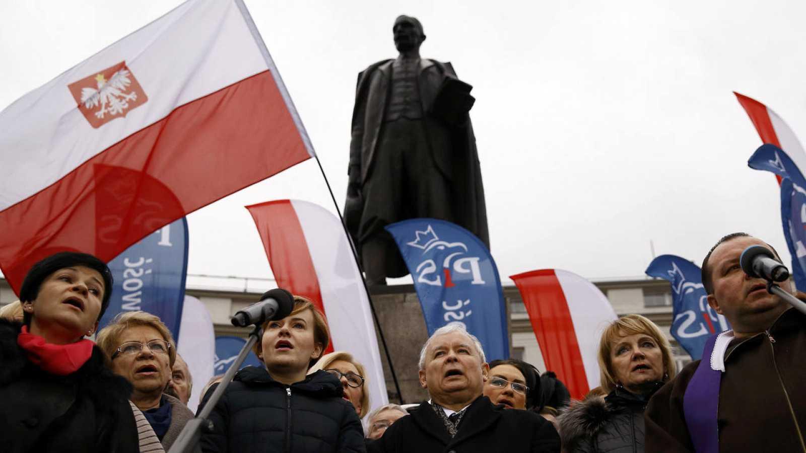 Jaroslaw Kaczynski, en el centro, líder del partido polaco Ley y Justicia, durante una manifestación progubernamental en Varsovia