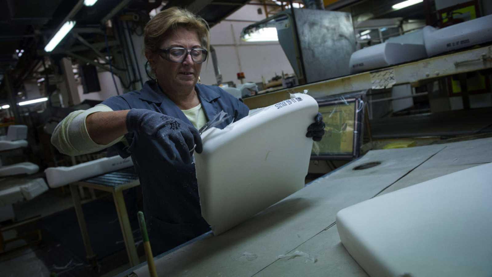 Una trabajadora de una fábrica de asientos para coches