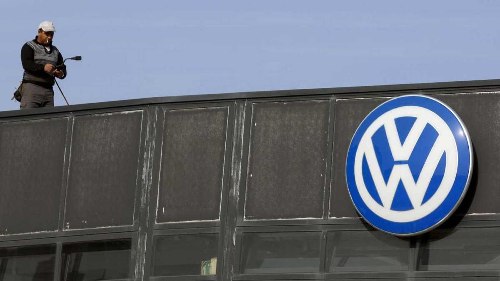 Un trabajador en el tejado de una oficina de Volkswagen en Madrid