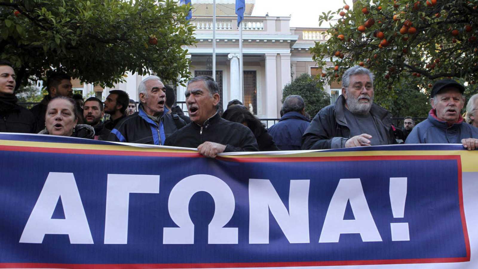 Miembros del sindicato PAME protestan contra las reformas de las pensiones a las puertas de la Mansión Maximos en Atenas