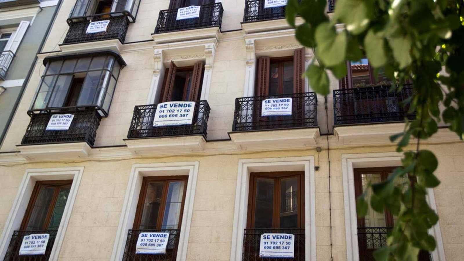 Carteles de venta en un edificio del centro de Madrid