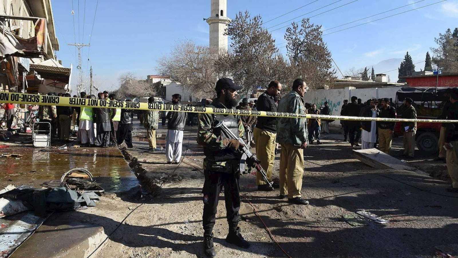 Fuerzas de seguridad paquistaníes en el lugar del atentado cerca de un centro de vacunación contra la polio, en Quetta, Baluchistán, el 13 de enero de 2016. AFP PHOTO / BANARAS KHAN