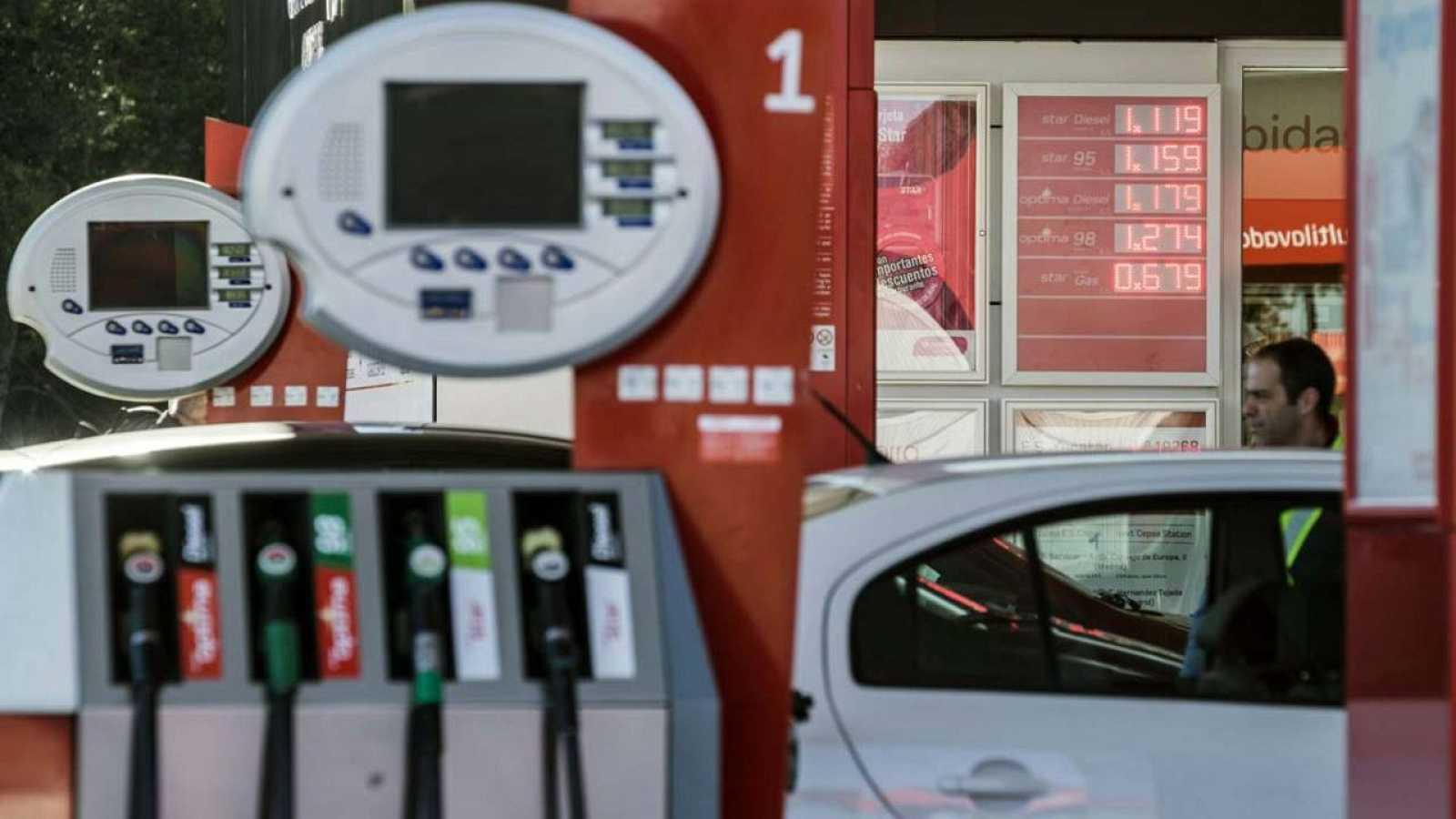 Varios surtidores de gasolina en una gasolinera de Madrid