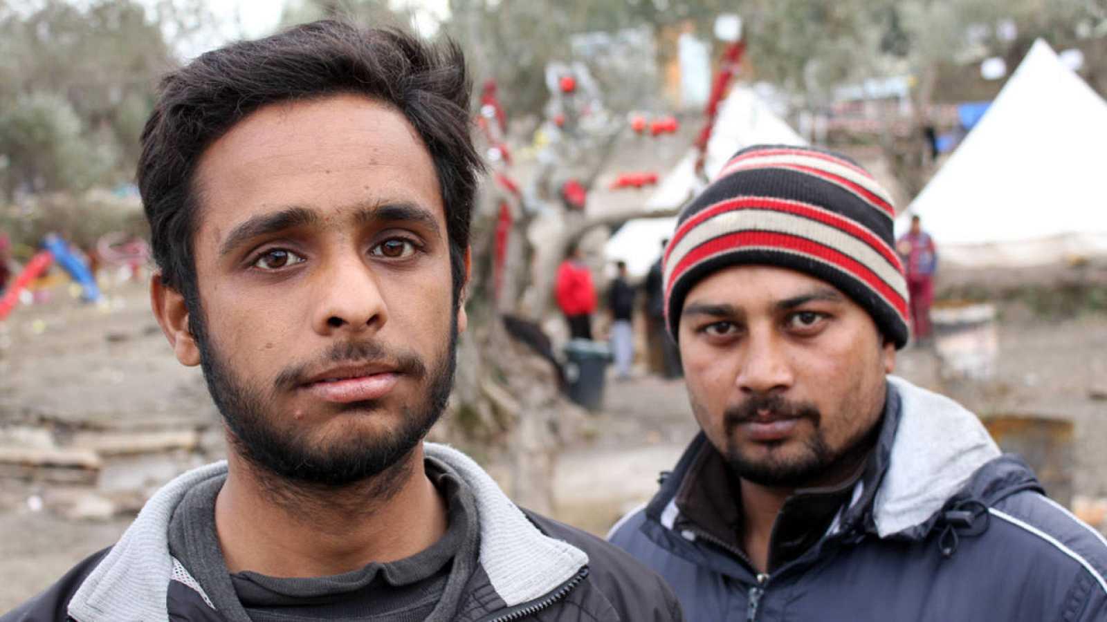Dos refugiados en la colina afgana del campo de refugiados de Moria (Grecia), el 4 de enero.