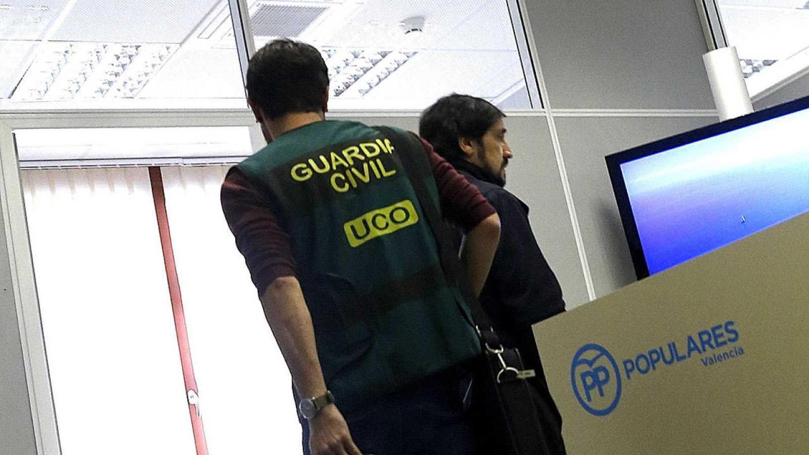 Agentes de la Guardia Civil registran los despachos del grupo municipal del PP en el Ayuntamiento de Valencia.