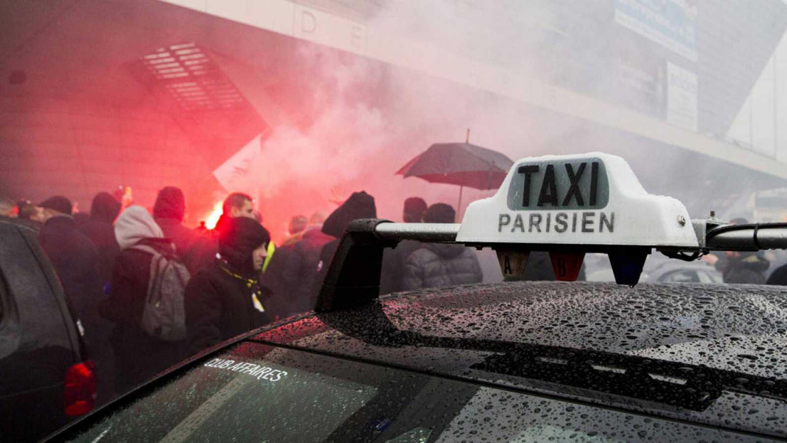 Concentración de taxistas en la Puerta Maillot en París