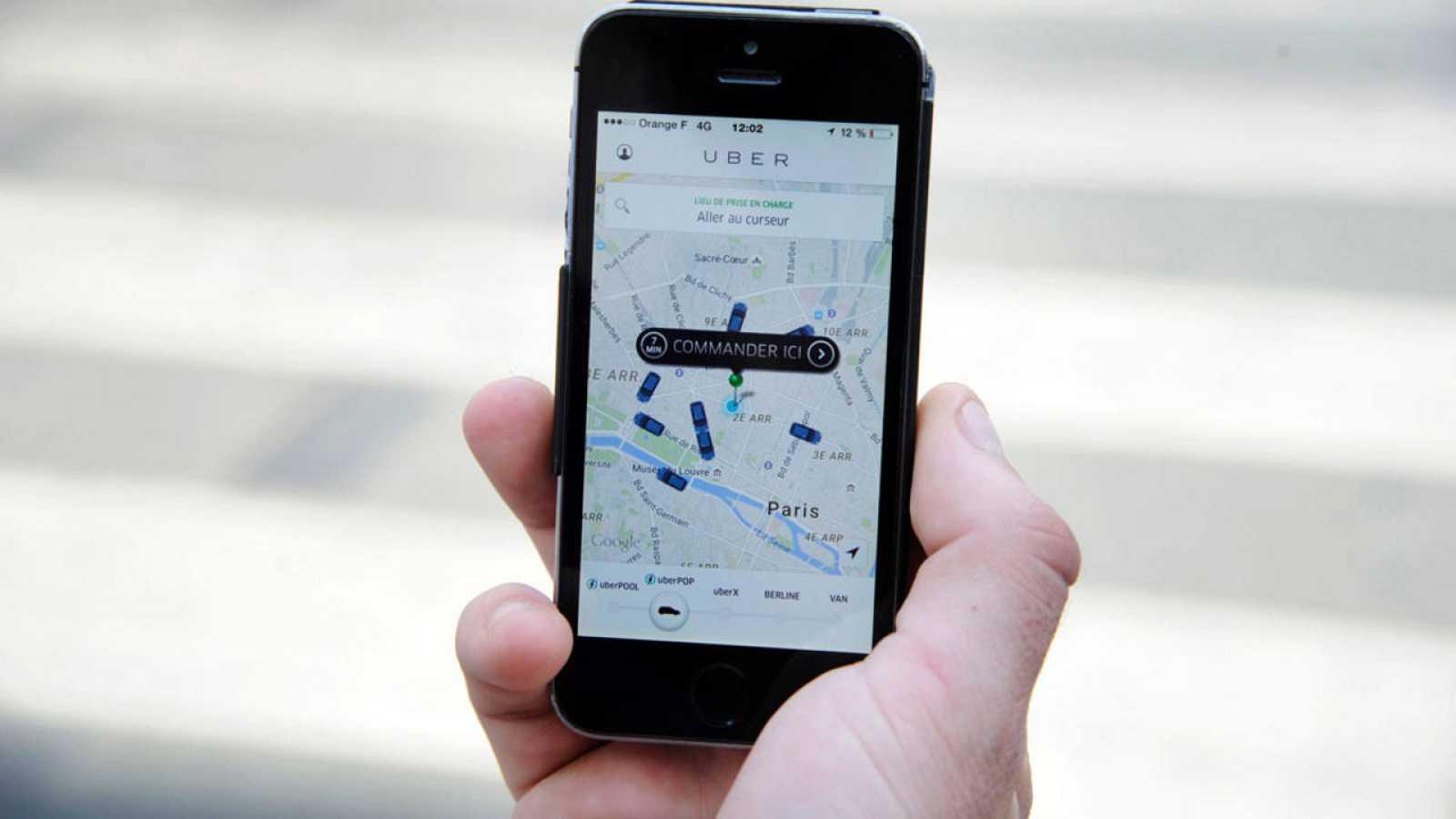Un cliente usa la aplicación de Uber en París