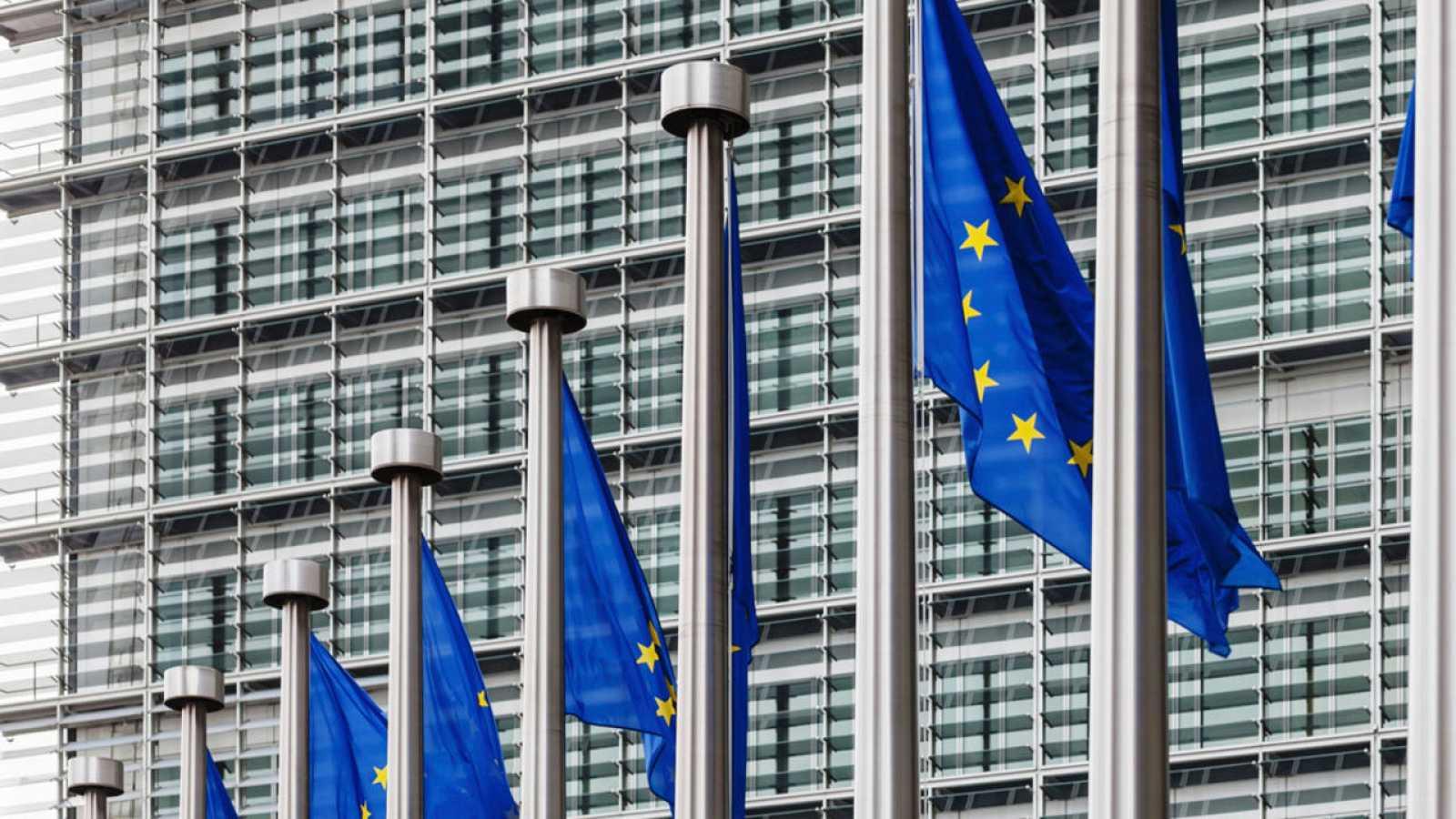 Banderas de la Unión Europea ondean delante de la sede de la Comisión