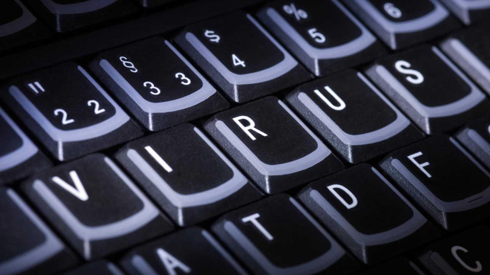 Un ordenador con la palabra virus escrita sobre el teclado