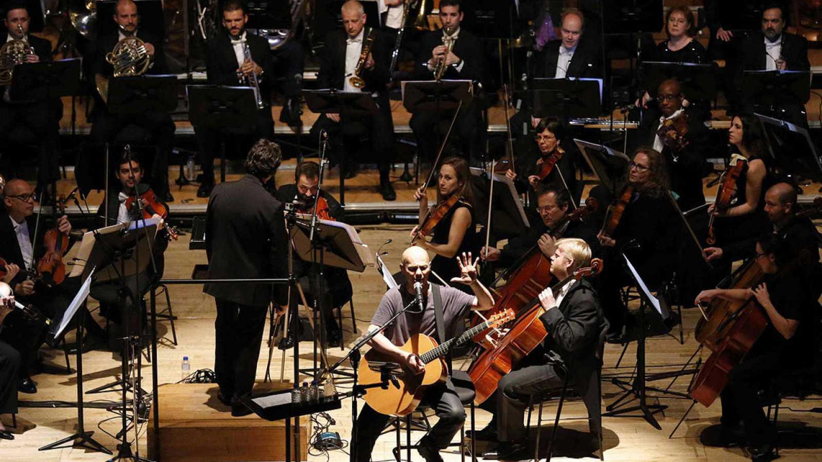 Celtas Cortos junto a la Orquesta Sinfónica del Principado de Asturias durante el concierto en Oviedo