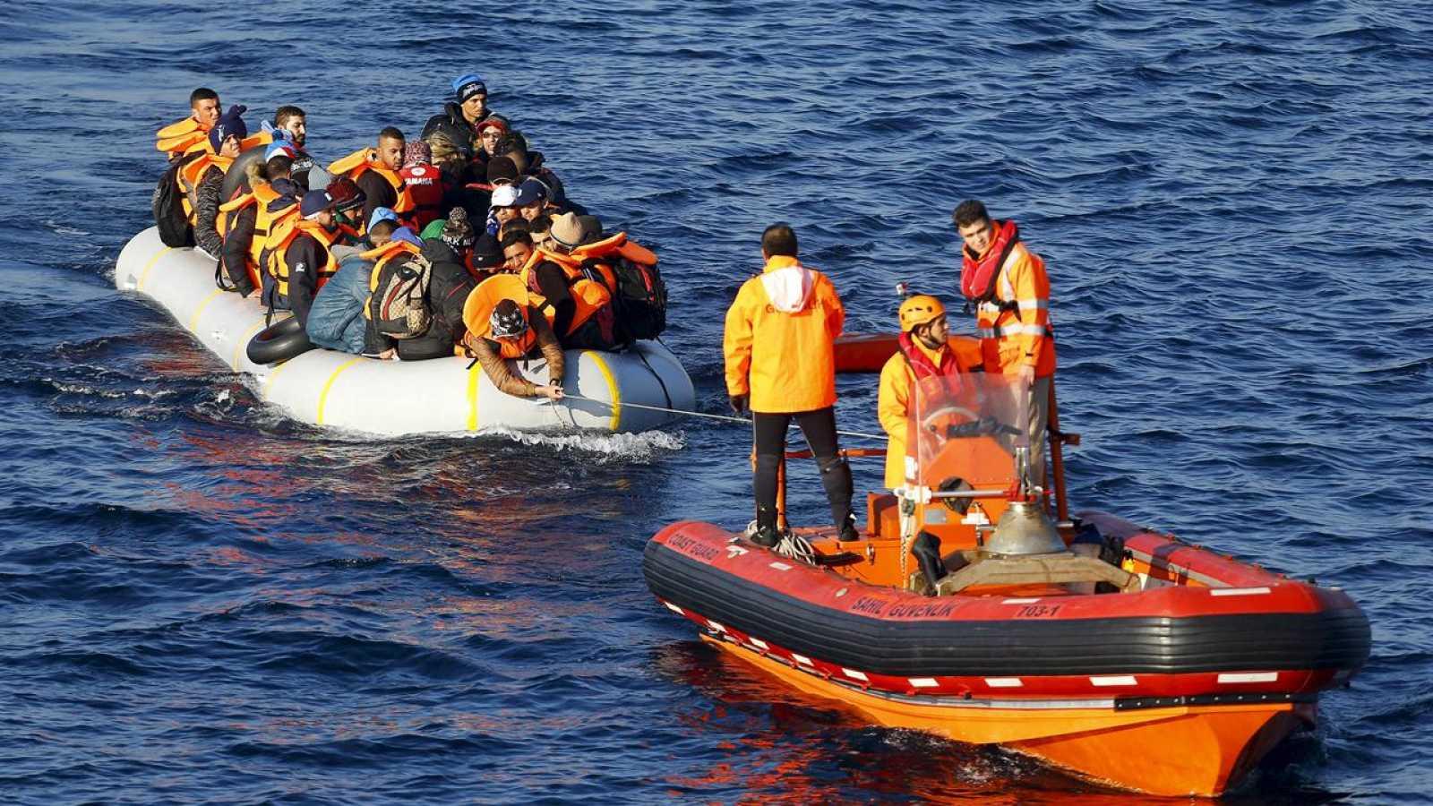 La guardia costera turca remolca hacia Turqía una embarcación con migrantes que intentaban cruzar el Egeo hacia la isla de Lesbos