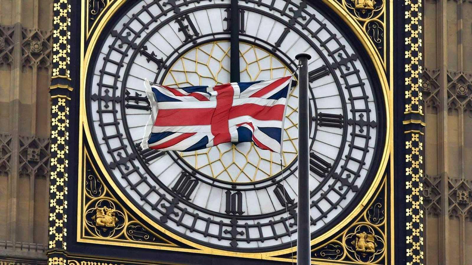 La bandera de Reino Unido ondea delante del 'Big Ben', ante el Parlamento británico