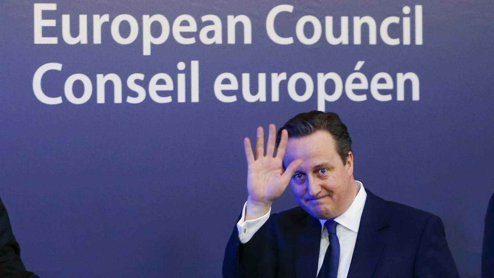 El primer ministro David Cameron abandona la cumbre de líderes europeos en Bruselas