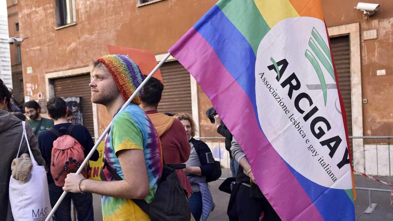 Activistas italianos de la comunidad LGBT se manifiestan por sus derechos en la plaza Cinque Lune de Roma