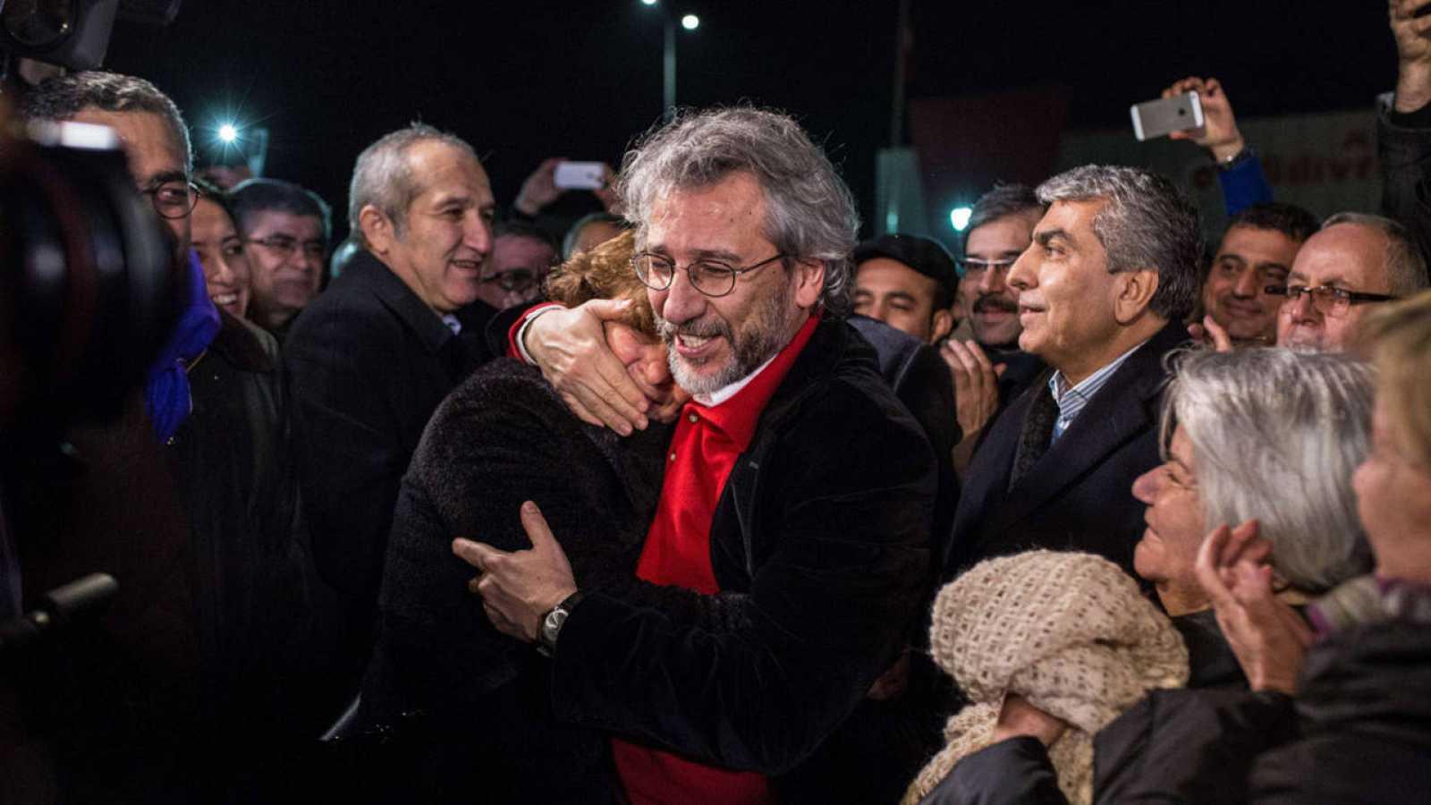 El periodista Can Dündar abraza a su esposa, Dilek Dundar, tras ser liberado en Turquía