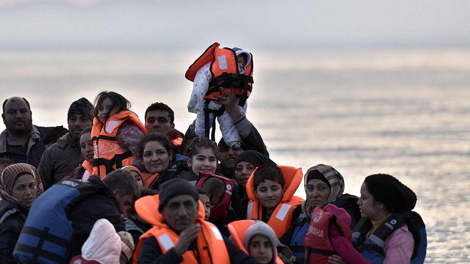 Una barcaza con refugiados y migrantes llega a la isla griega de Lesbos.
