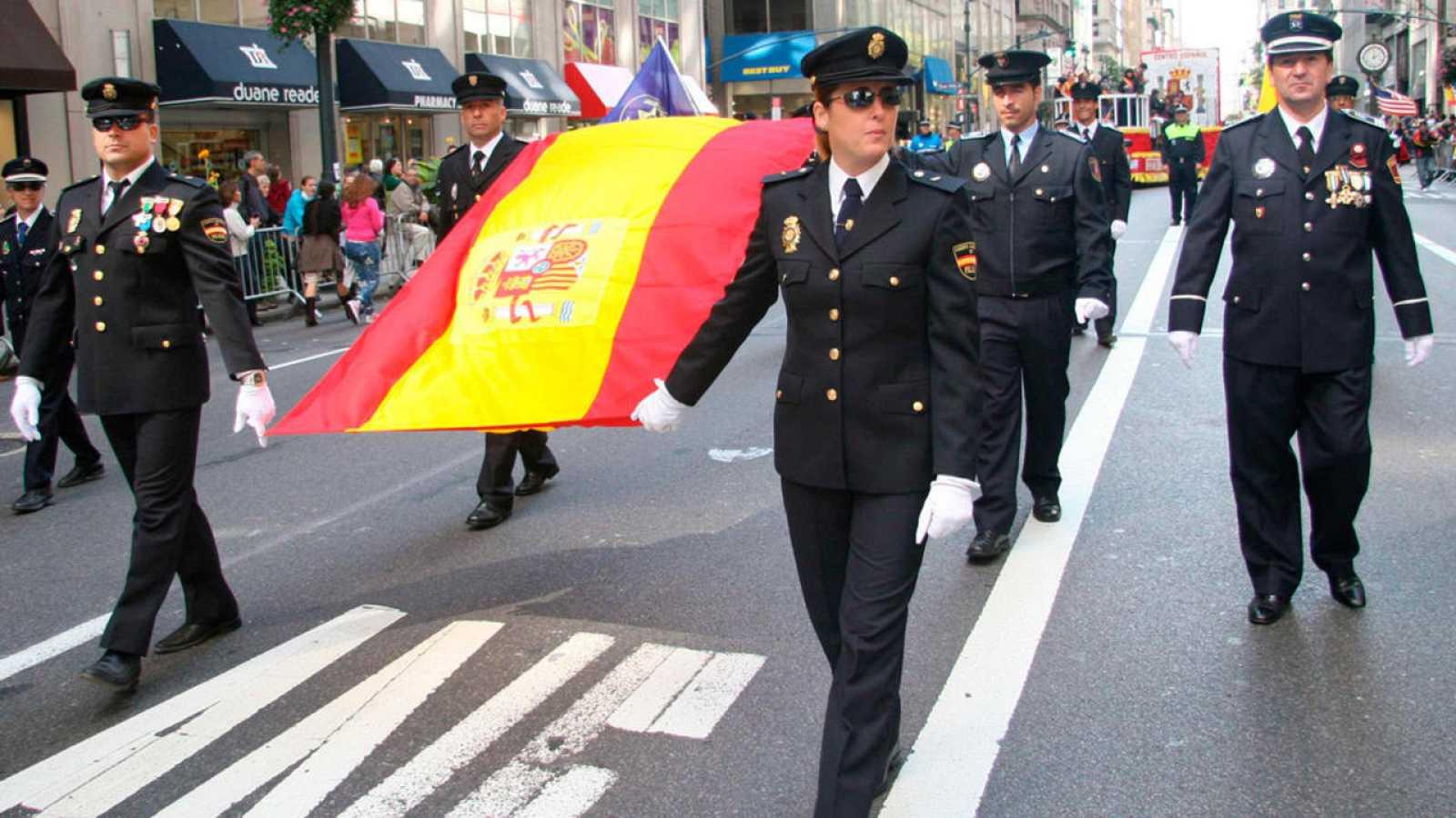 Desfile de agentes de la Policía Nacional en Nueva York con ocasión del Día de la Hispanidad
