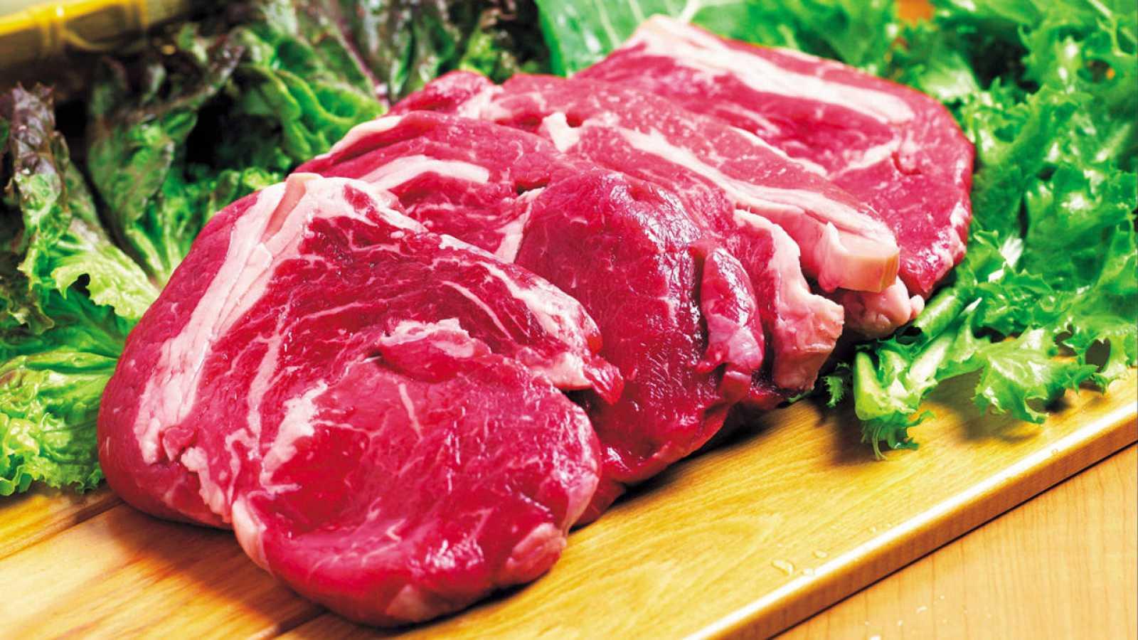 """La carne roja podría causar lo que se conoce como """"menarquia temprana""""."""