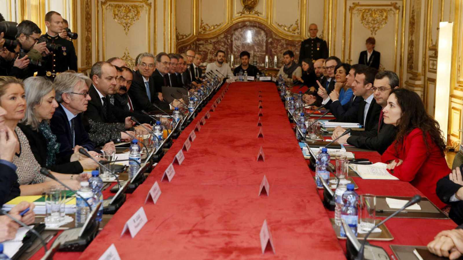 El primer ministro de Francia, Manuel Valls, se reúne con sindicatos y patronal para discutir la reforma laboral