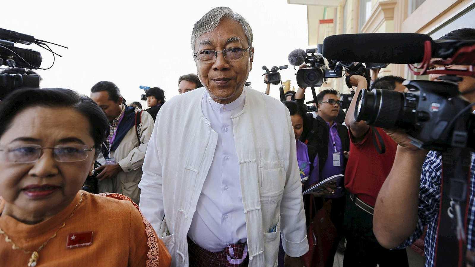 Htin Kyaw, en el centro, nuevo presidente de Birmania, en una foto de archivo (1 de febrero de 2016). REUTERS/Soe Zeya Tun/Files
