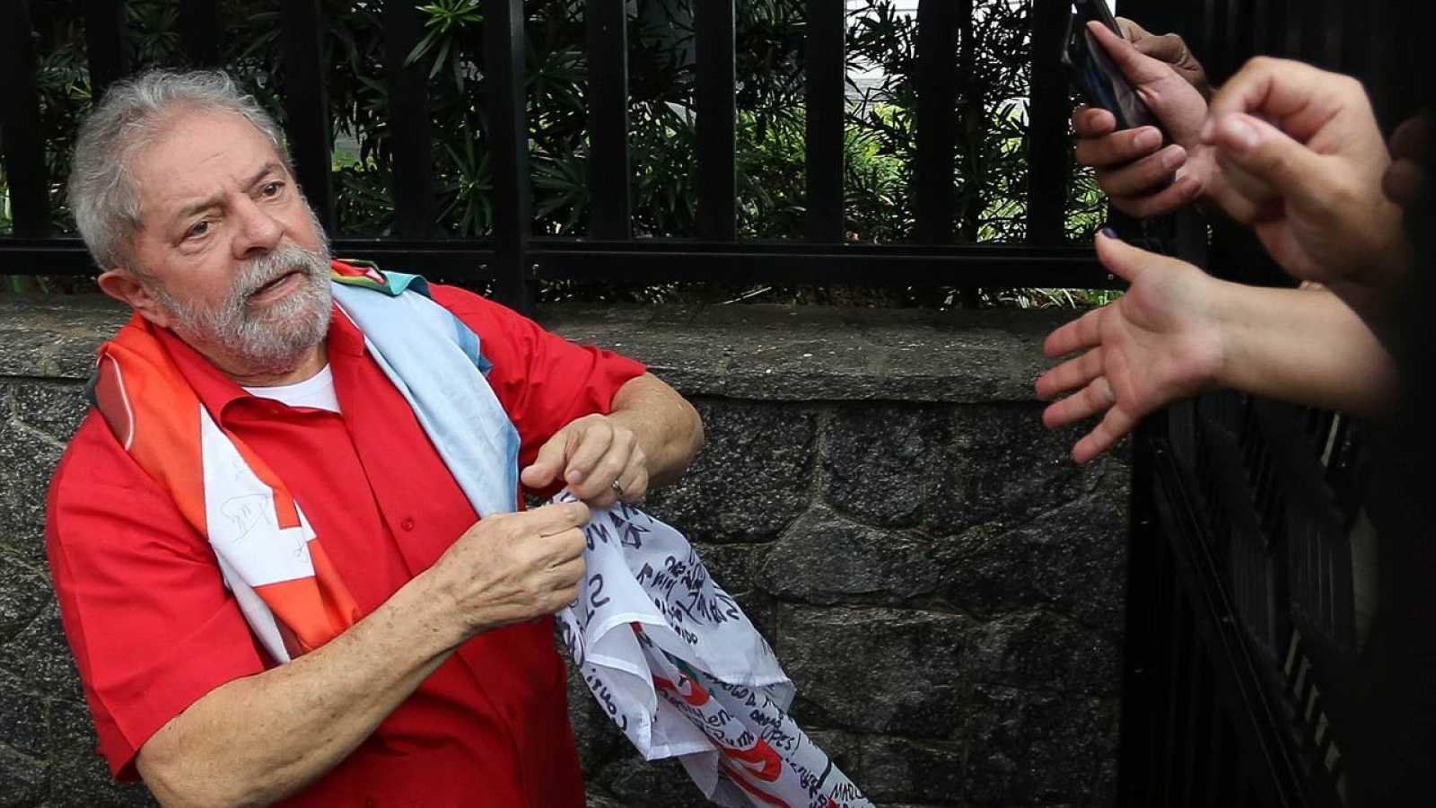El expresidente Luiz Inácio Lula da Silva saluda a los simpatizantes del partido de los trabajadores
