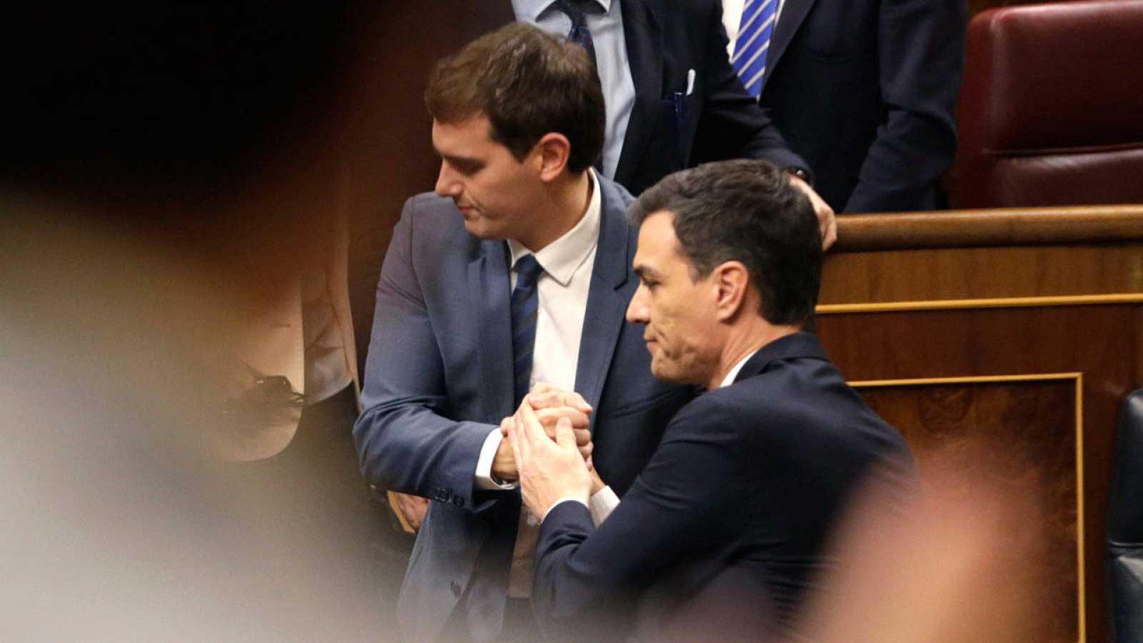 Sánchez y Rivera se saludan tras el fracaso del primero en el debate de investidura.