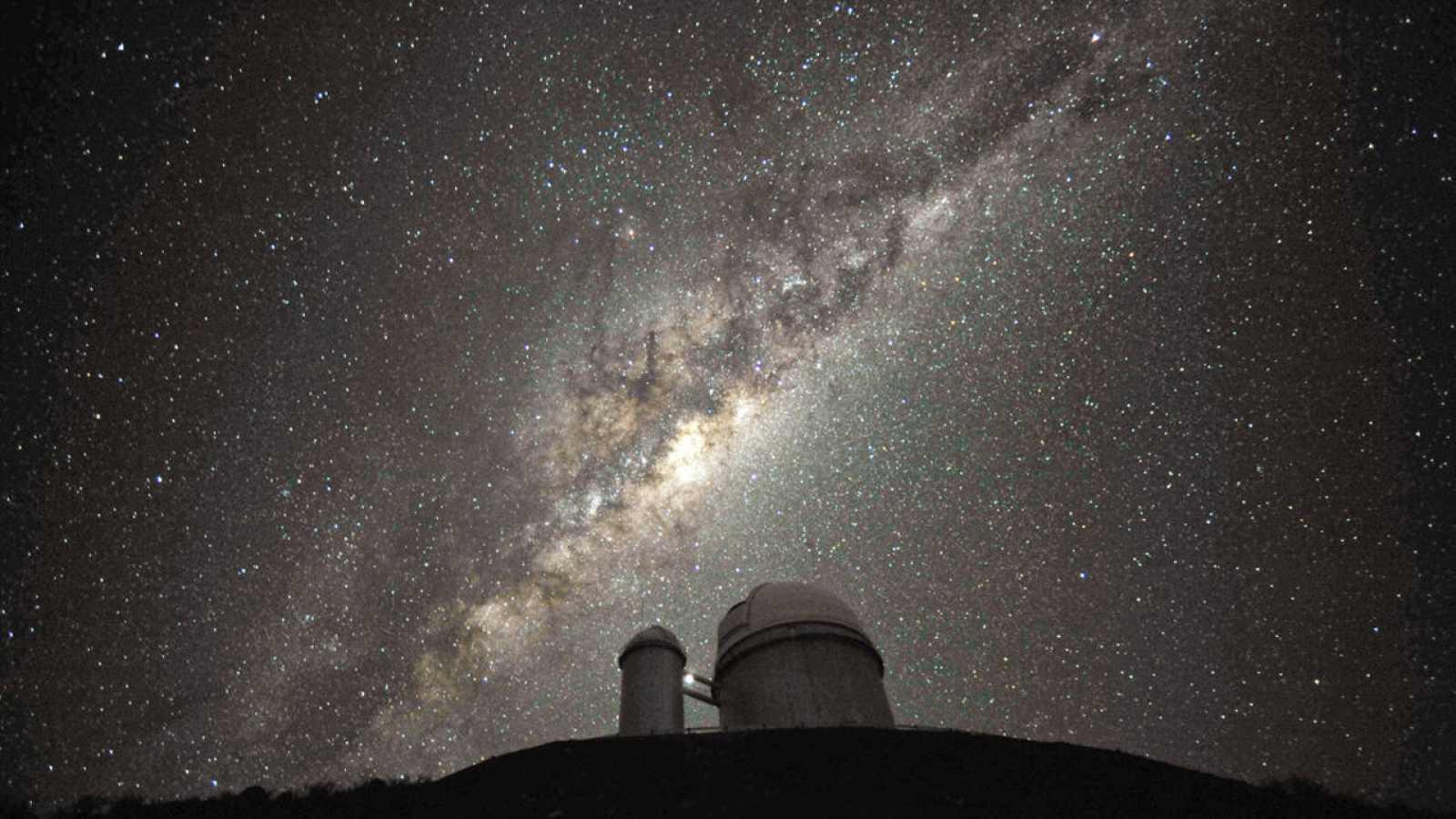El corazón de la Vía Láctea alberga un agujero negro masivo de más de 4 millones de masas solares.
