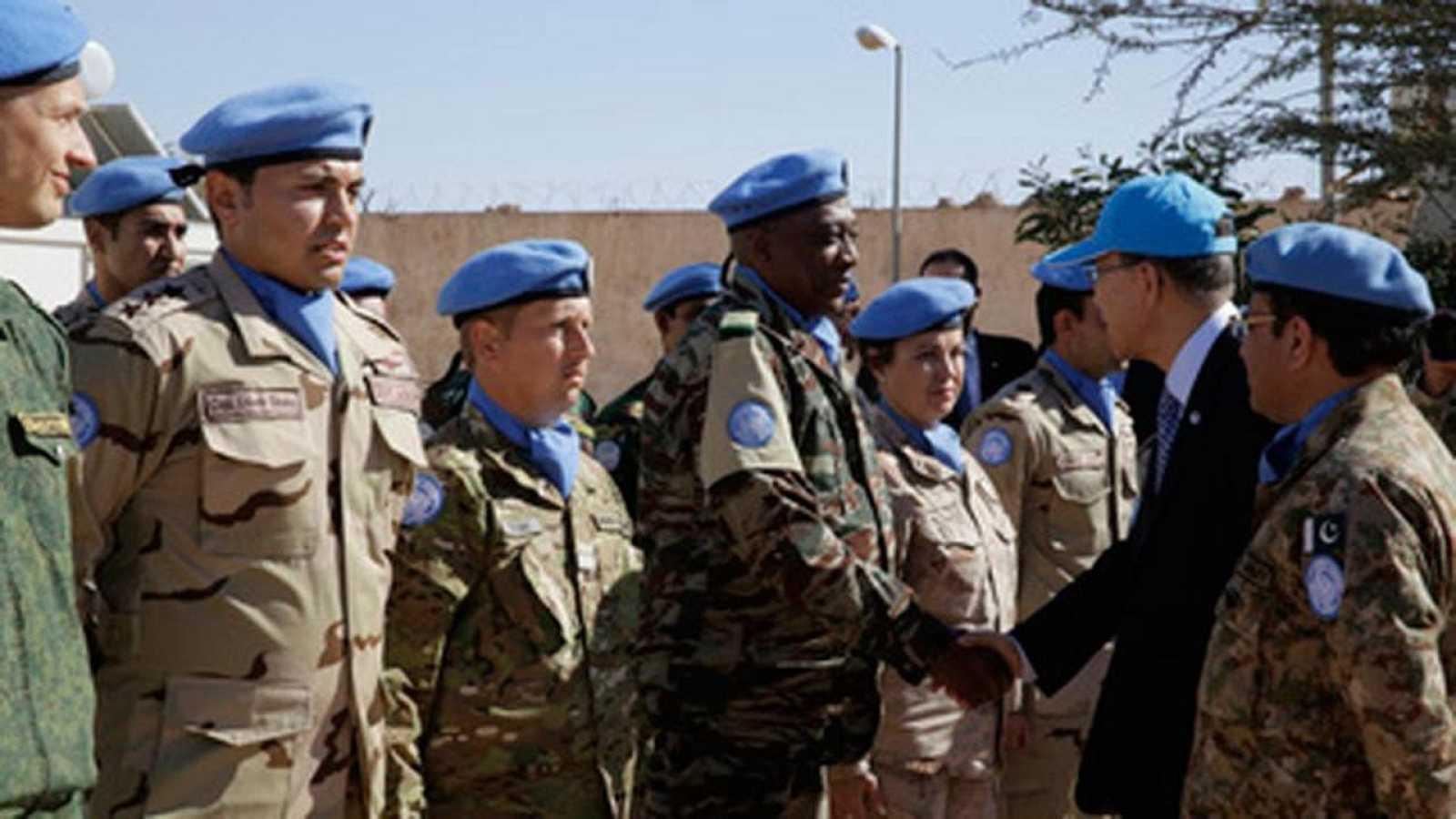 Ban Ki-moon saluda al personal de la ONU en el Sáhara occidental