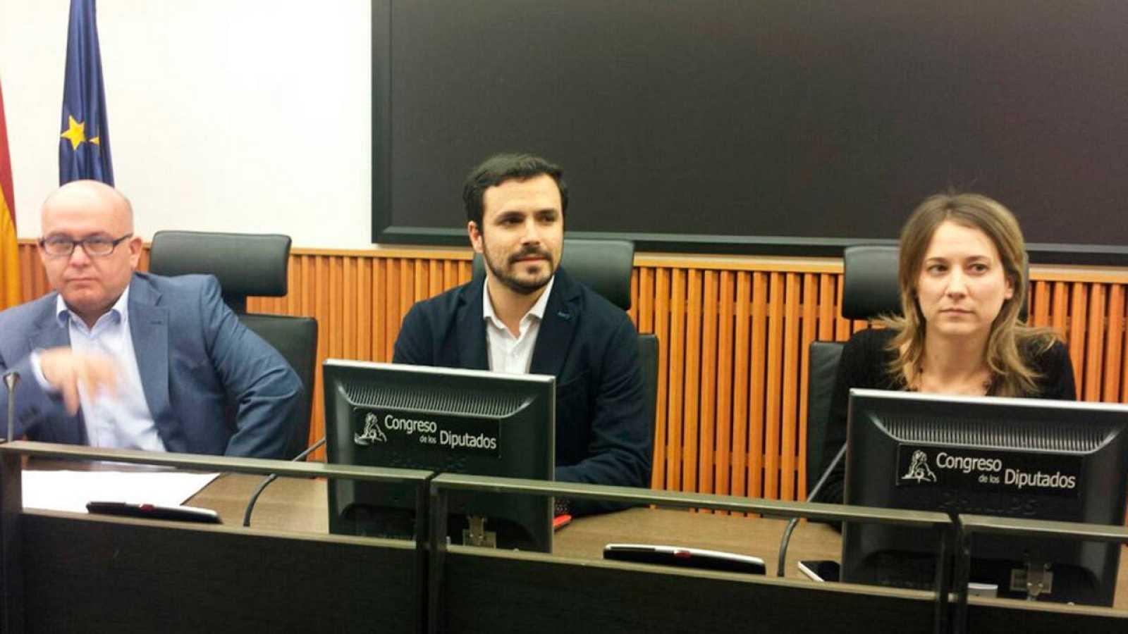 El diputado de IU Alberto Garzón, junto a la eurodiputada Marina Albiol y el abogado Gonzalo Boye