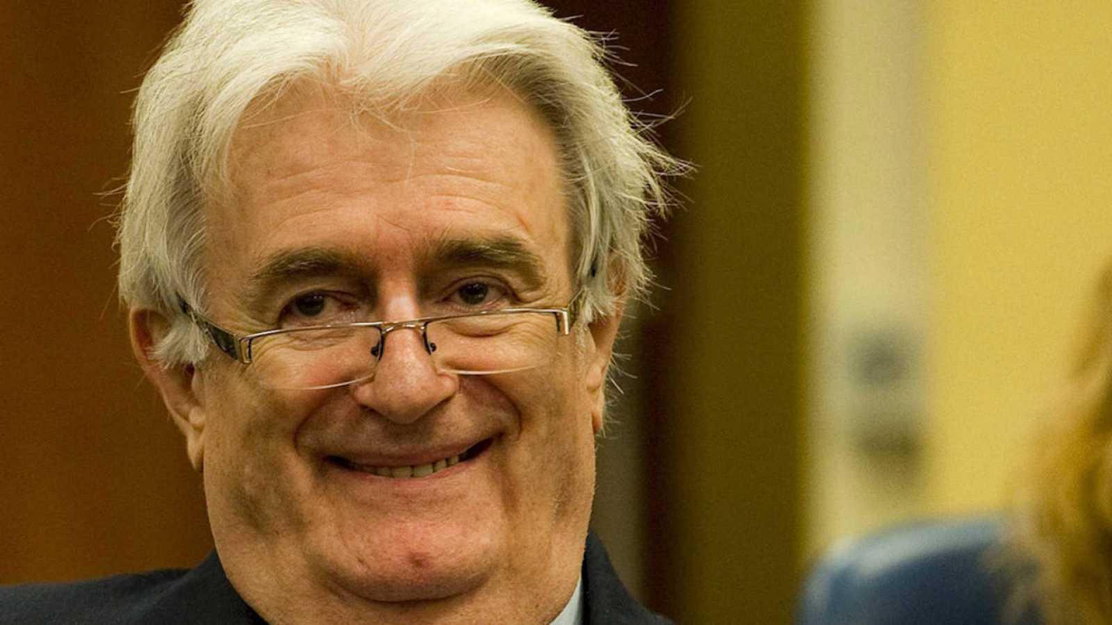 Imagen de archivo de 2012 del exlíder serbobosnio Radovan Karadzic, en Tribunal Penal Internacional para la antigua Yugoslavia (TPIY).
