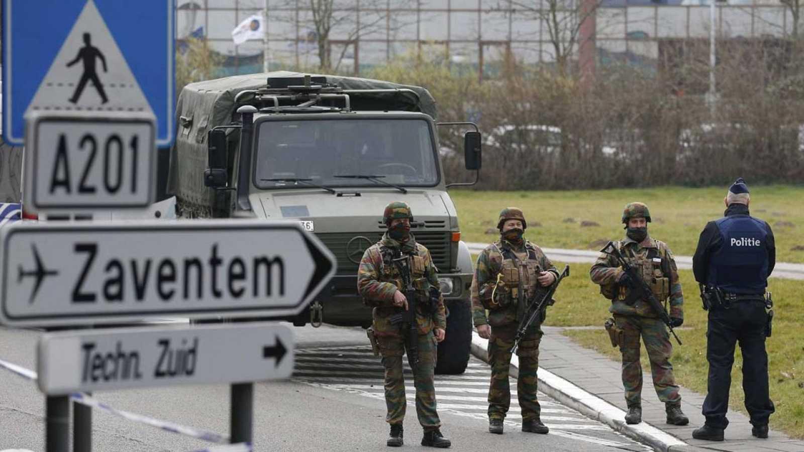 Soldados del Ejército belga patrullan las inmediaciones del aeropuerto de Zaventem