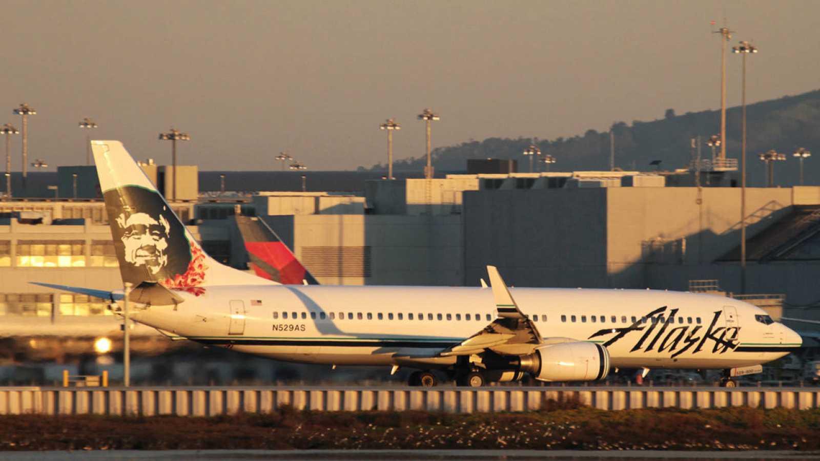 Un Boeing 737-800 de Alaska Airlines en el Aeropuerto Internacional de San Francisco, Estados Unidos