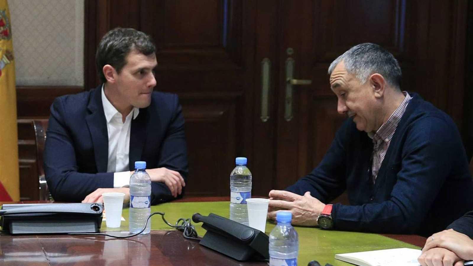 Albert Rivera conversa con el secretario general de UGT, Pepe Álvarez.