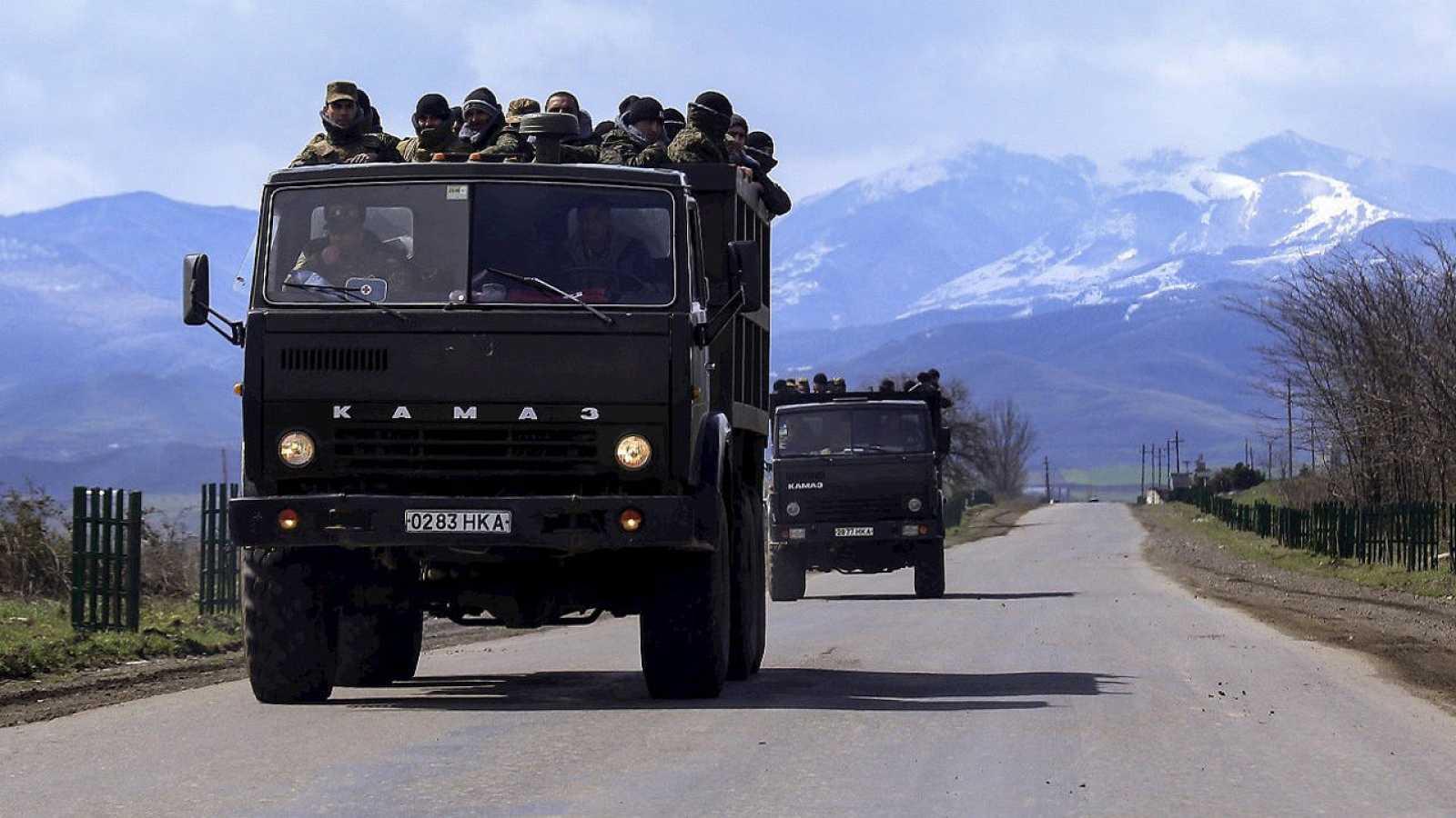Transporte de voluntarios para sumarse a la milicia de Nagorno Karabak, enclave disputado entre Azerbaiyán y Armenia, el 4 de abril de 2016. REUTERS/Hrayr Badalyan/PAN Photo
