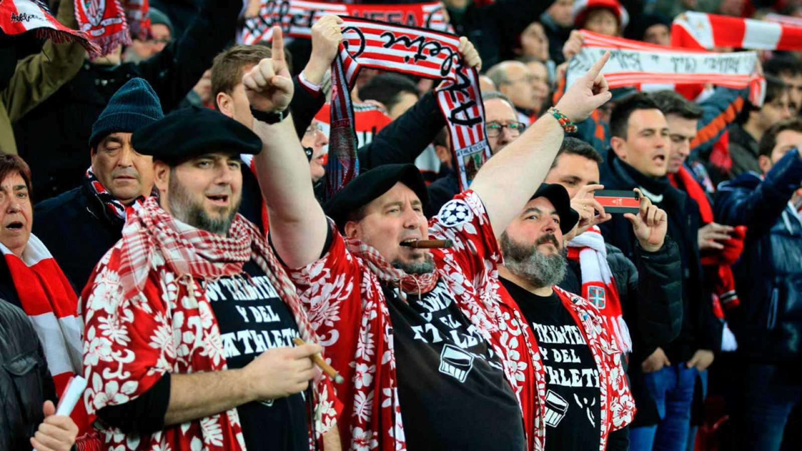 La afición del Athletic Club anima al equipo en un partido de Copa del Rey en San Mamés.