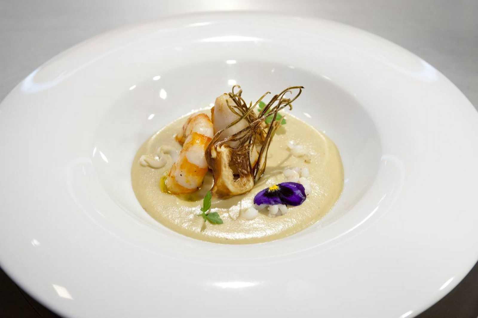Crema de puerro y anchoas con crujiente de alcachofas y calamar relleno