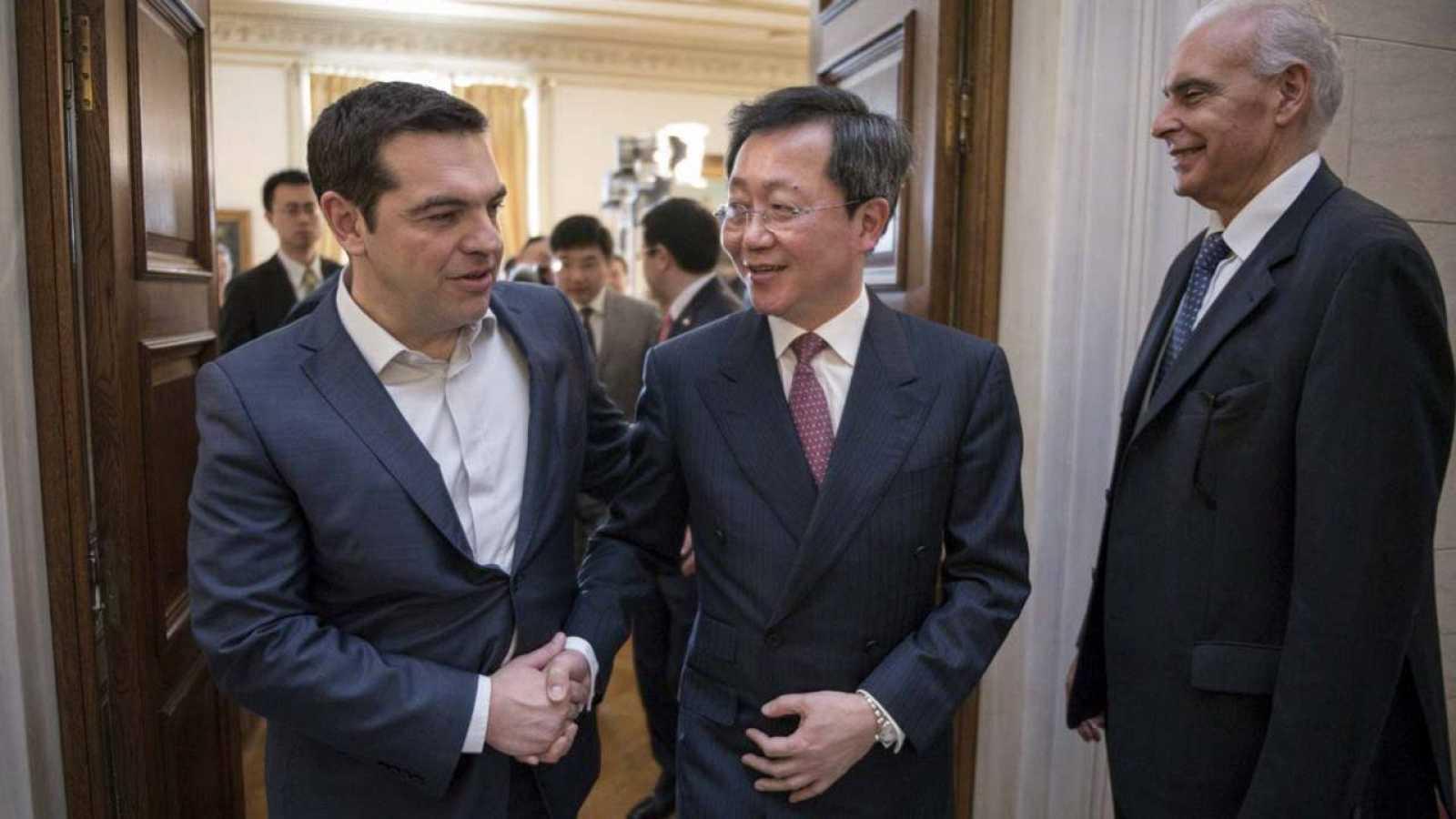 El primer ministro griego, Alexis Tsipras, recibe al presidente de COSCO, Xu Lirong, en su residencia oficial en Atenas