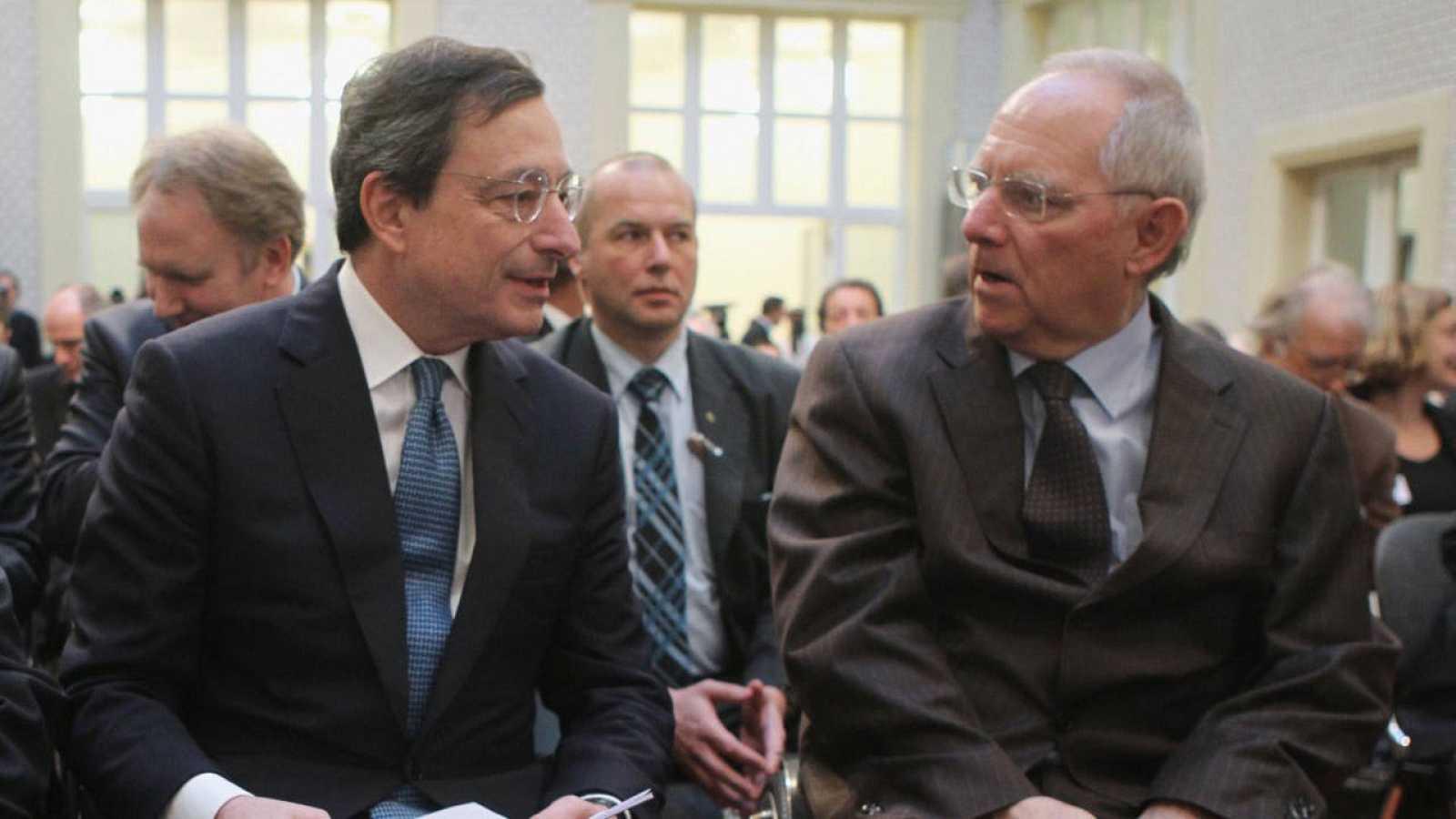 Mario Draghi dialoga con Wolfgang Schäuble