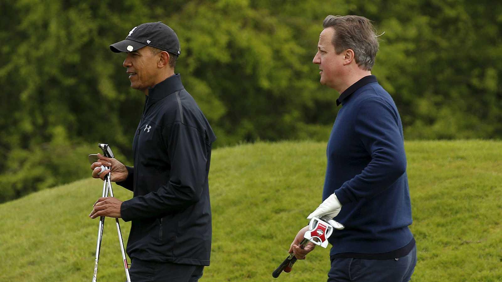 Obama y Cameron juegan al golf en Reino Unido