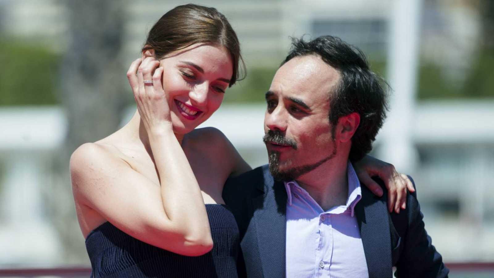 El director Koldo Serra, con la actriz María Valverde, en la presentación de 'Gernika'.