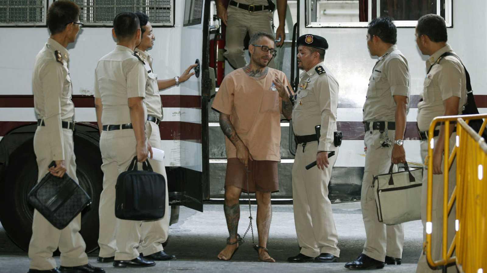 El español Artur Segarra (c) a su llegada a la Corte Criminal de Tailandia