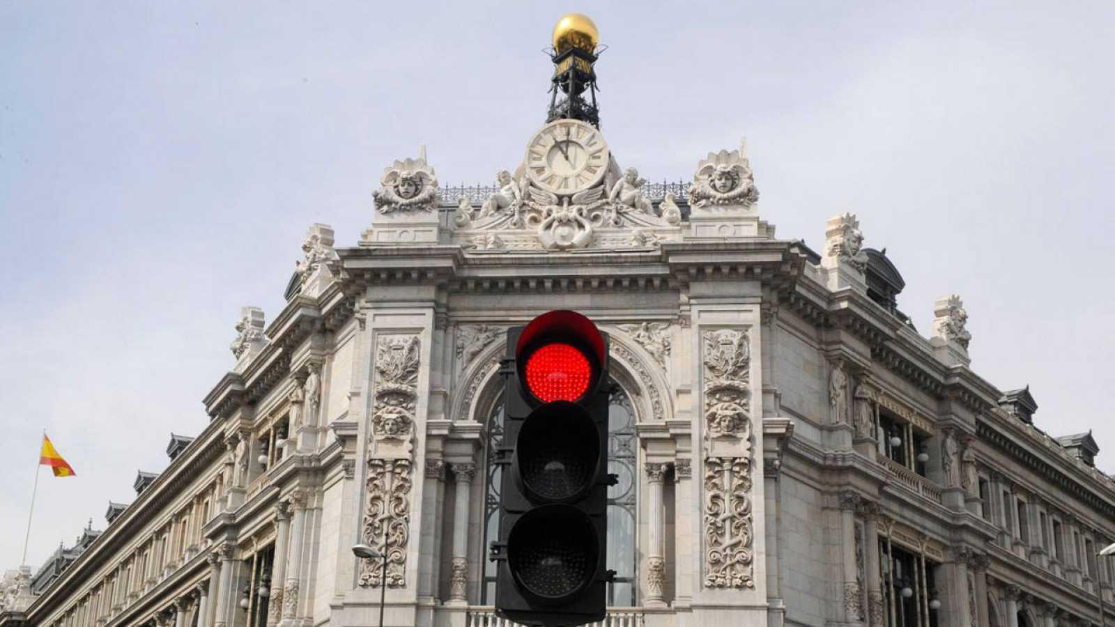 Fachada del Banco de España con un semáforo en rojo